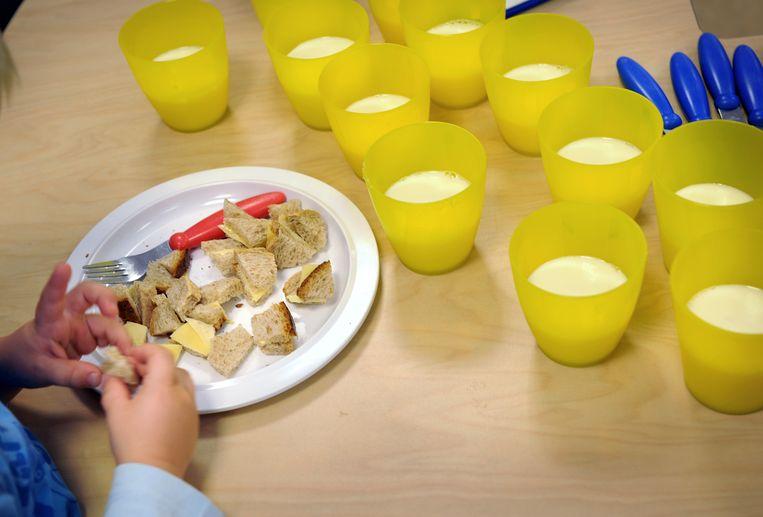 Een lunch op een kinderdagverblijf. Beeld Marcel van den Bergh / de Volkskrant