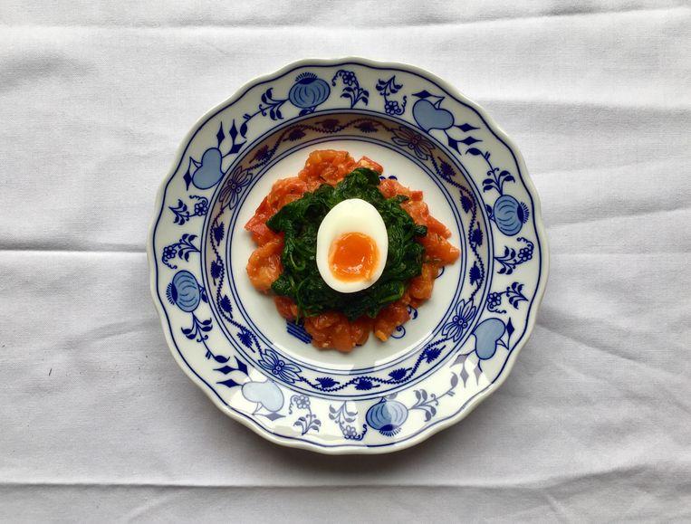 Spinazie in beurre noisette met tomatensaus Beeld null