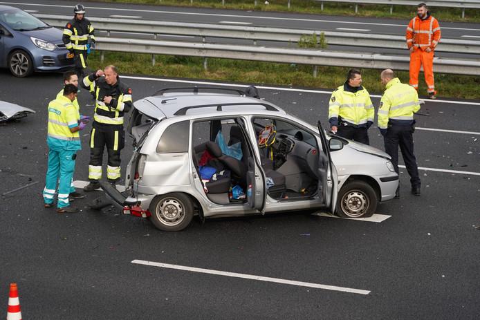 De schade aan een van de betrokken auto's is fors.