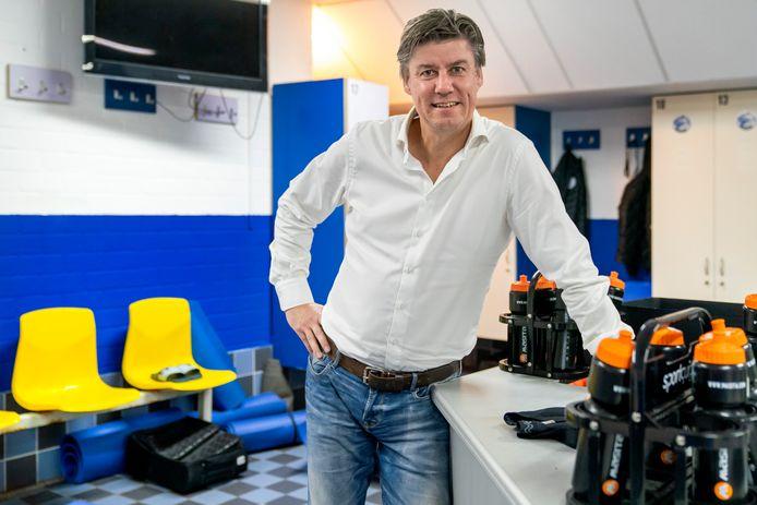 """Jan  Gösgens  in de kleedkamer van stadion De Vliert: ,,Wij geven liever jongens uit de eigen opleiding een contract dan spelers van buitenaf te halen."""""""