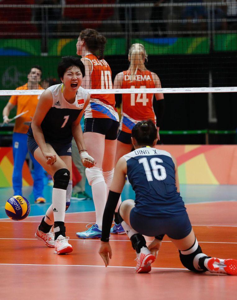 De Chinese volleybalsters juichen na een punt tegen Nederland. Beeld afp