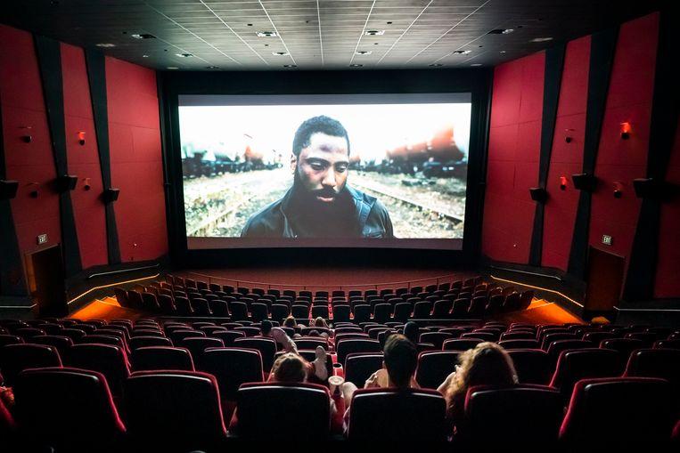 Amerikaanse filmliefhebbers kijken in een bioscoop naar Tenet van regisseur Christopher Nolan.  Beeld EPA