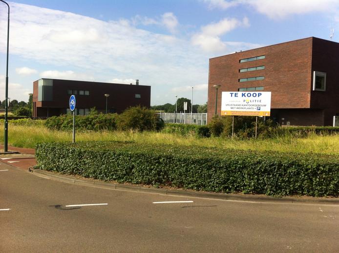 Het voormalige politiekantoor aan de Dodenauweg staat nog altijd leeg. Links ervan de brandweerkazerne.