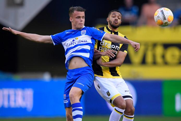 Vito van Crooij (links) maakte zondag tegen PSV zijn rentree voor PEC. Op dit beeld speelt hij, vorig seizoen, tegen Vitesse.