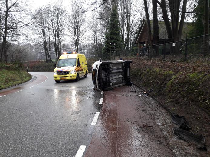 Auto belandt op zijkant nadat deze slipte en de bestuurder de macht over het stuur verloor.