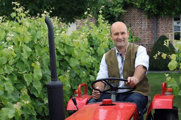 Pascal Janssen op een tractor in zijn wijngaard
