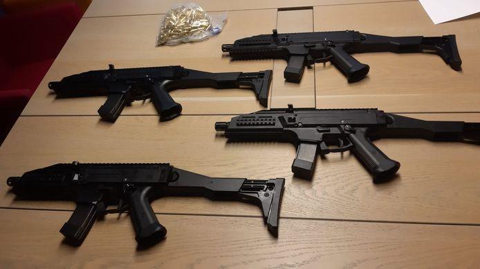 Enkele van de in beslag genomen automatische vuurwapens.