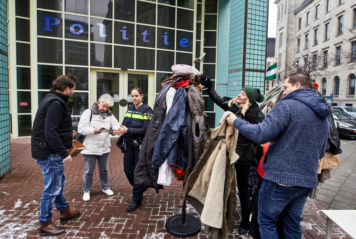 John Hijnen (rechts) zamelde voor het politiebureau jassen in voor zwervers.