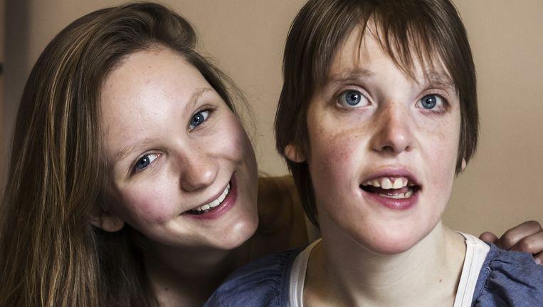 Lisa met haar zus Elke Beeld Danielle Lambinon