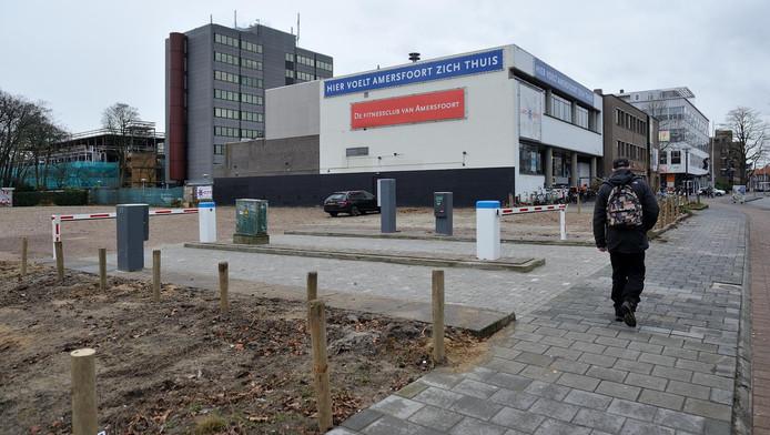 De tijdelijke parkeerplaats aan de Utrechtseweg naast sportschool Lifecity. Voor nog geen anderhalve euro kun je hier je auto kwijt.