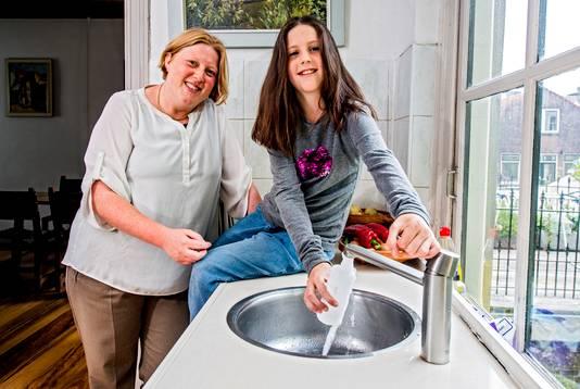 Miranda van Elswijk en dochter Sophie uit Gouda tappen kraanwater voor de de GenX-test