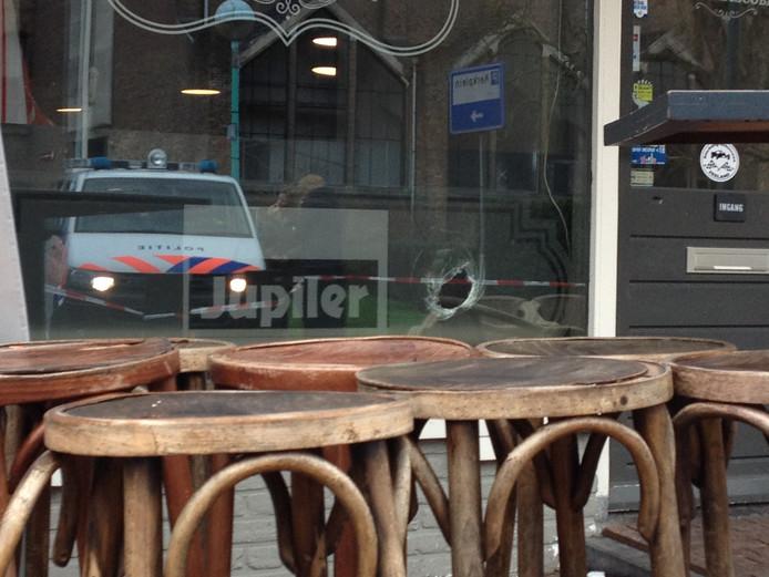 De schietpartij in Oostburg liet een gat in de ruit van café De Drie Musketiers achter.