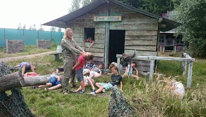 Meester Bram van der Have 'wurgt' ook zijn laatste groep 8'er tijdens een survival in Brielle.