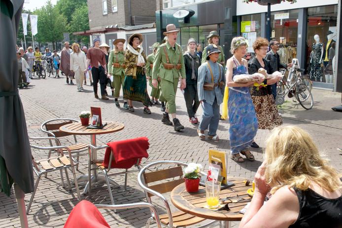 'Parade van Nederlands Indië' bij de start van de expo Sonsbeek '16.