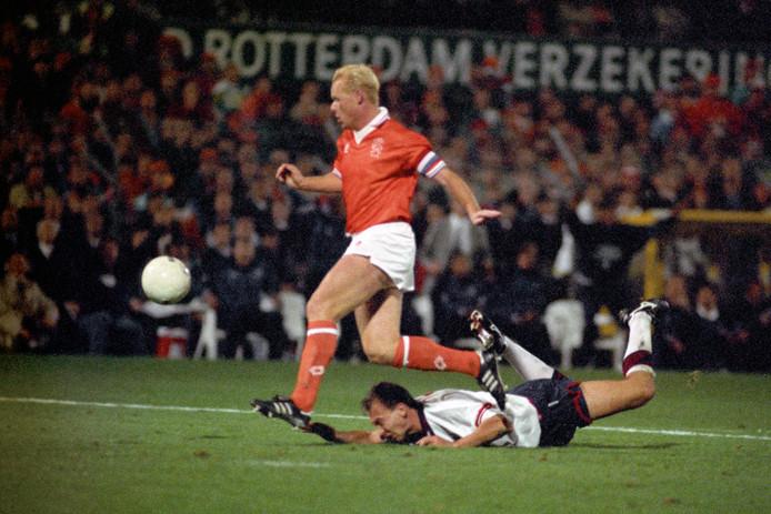 Ronald Koeman in actie tegen Engeland in 1993, David Platt ligt op de grond.
