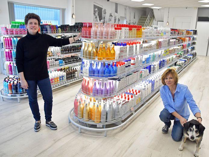 Veronique en Sylvia Biesbroeck van De Smokkelaar, met 'douanehond' Famous.