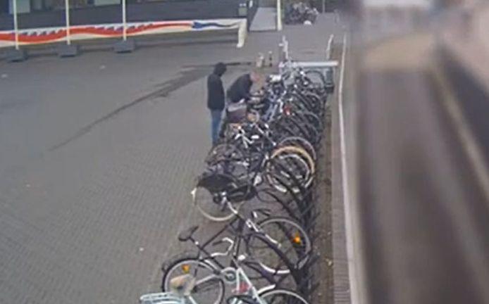 Hoeveel tijd hebben fietsendieven nodig om toe te slaan? Uit beveiligingsbeelden op het Kelfkensbos in Nijmegen blijkt dat ze met een loper aan een paar seconden genoeg hebben.