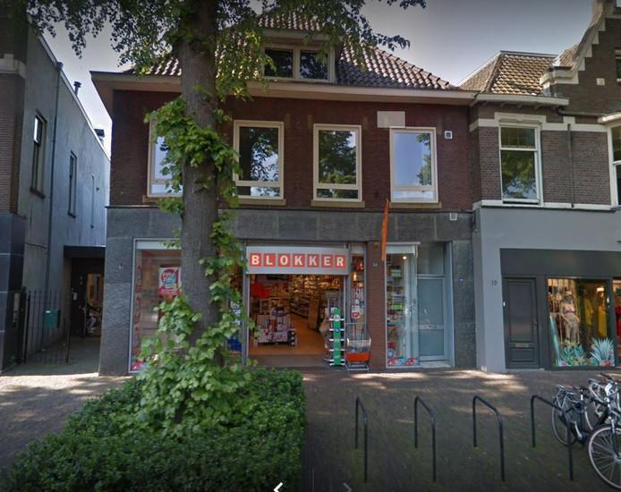 Blokker steekt de Dorpsstraat in Oisterwijk over en trekt in het pand van Intertoys