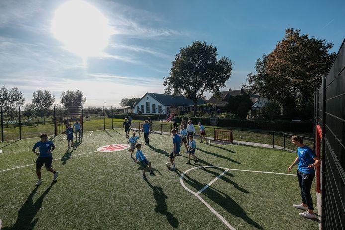 Het nieuwe sportveldje bij het Driestroomhuis in Babberich wordt ingewijd met een potje voetbal tussen de Graafschap en de bewoners.