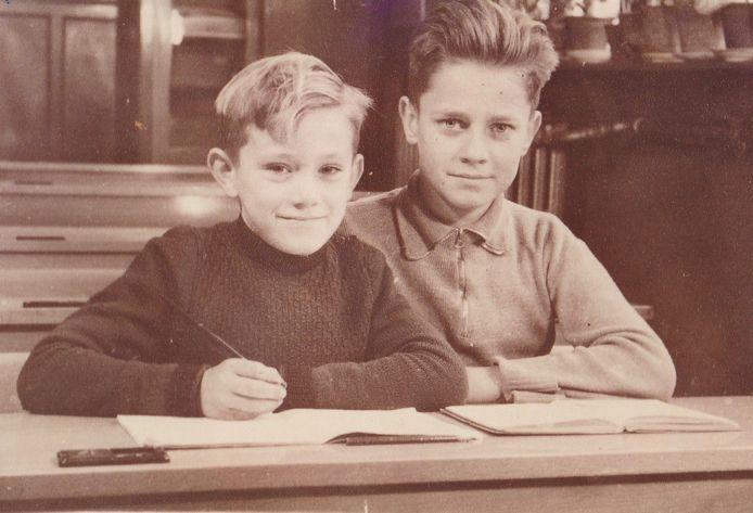 Leno (links) en Jopie den Broeder op De school met de Bijbel aan de Monsterseweg in Poeldijk.