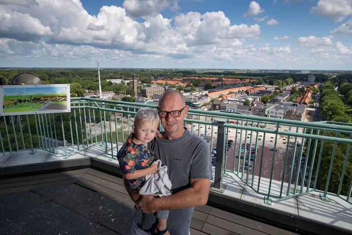 Eric Maatman met zijn kleinzoon Jack, bovenin de Poldertoren.