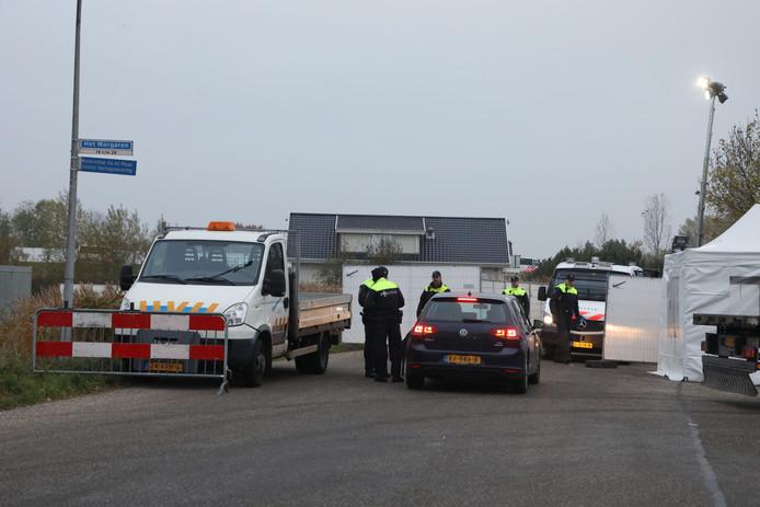 Veel politie op het woonwagenkamp in Lith, donderdagochtend.