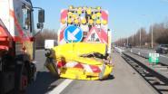 Bestelwagen knalt tegen botsabsorbeerder
