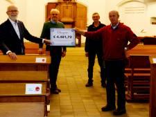 Cheque van 4.500 euro voor onderhoud van Hellendoornse dorpskerk