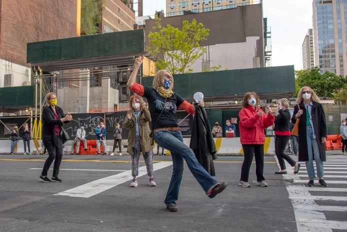 New Yorkers dansen op straat tijdens de manifestatie Clap Because We Care.