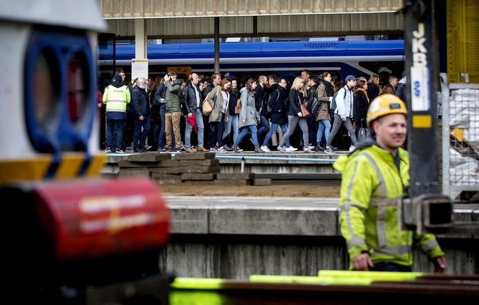 Drukte tijdens de ochtendspits vanwege werkzaamheden op treinstation Leiden Centraal.