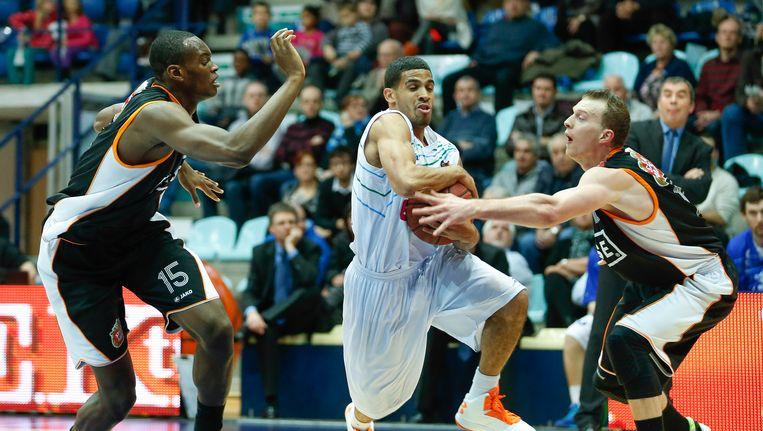 Kevin Tumba (links) maakt de overstap van Leuven naar Charleroi.
