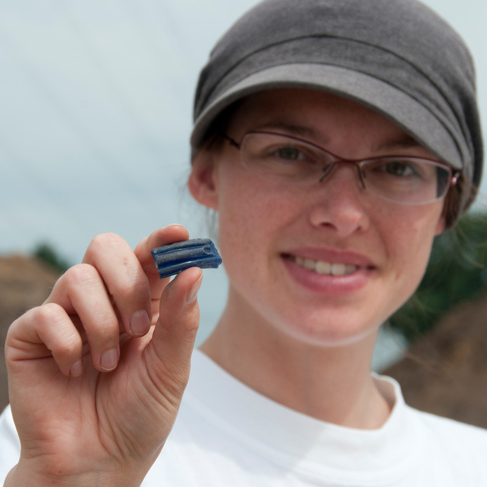 Ook kleine vondsten leveren bijzondere informatie: een stukje glas van een armband uit de ijzertijd, ruim 2000 jaar oud. Het glas komt uit de Nijldelta bij Egypte en wijst op verre handelscontacten. Gevonden bij de opgraving Hazenwinkel bij Brandevoort.