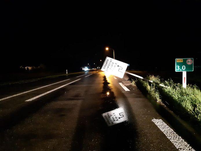 Het vernielde verkeersbord op de Lodderhoeksestraat in Angeren.