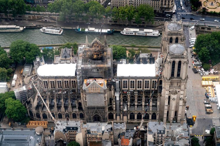 De kathedraal op 12 juni, bijna twee maanden na de brand.