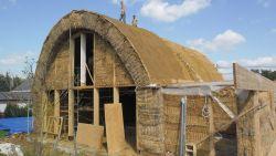 WOONVIDEO: Dit huis is van stro en nee, het waait niet om