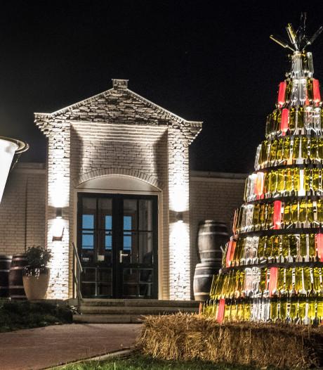 378 Bordeauxflessen in kerstboom Wijnbouwcentrum Groesbeek