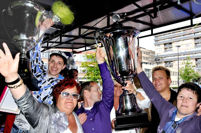 Connie van Kerkoerle viert met winnaars van Kleintje Hollands mee.