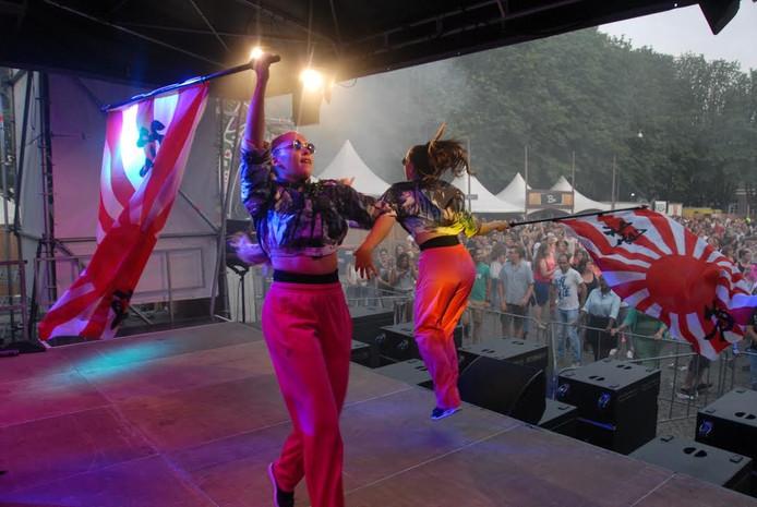 De danseressen Amaranta Wolters en Meyline Schuurs.