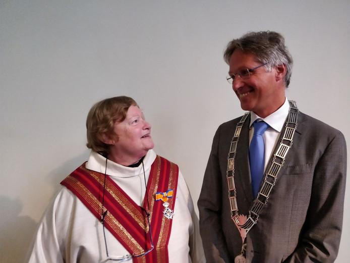 Christiane Berkvens-Stevelinck nadat ze in Breda door wethouder Hans Mieras is geridderd.
