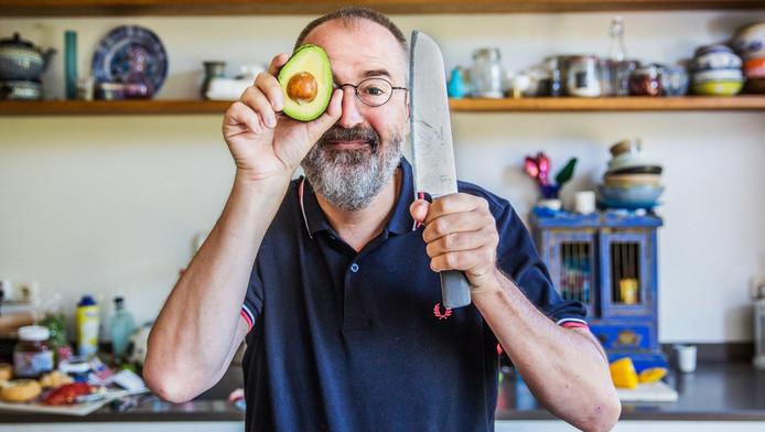 Ronald Giphart in zijn keuken.