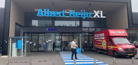 Klanten Albert Heijn XL in Tilburg in groepjes naar binnen om drukte door pinstoring te voorkomen