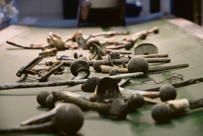 De lopende band met spijkers, schroeven en implantaten, allemaal van andere soorten metalen.