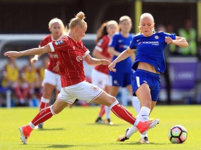 Danique Kerkdijk (links), duelleert met een speelster van Chelsea Ladies. Die wedstrijd ging voor de Olster voetbalster met 6-0 verloren. Kerkdijk speelt met Bristol in de Premier League van jet vrouwenvoetbal in Engeland.