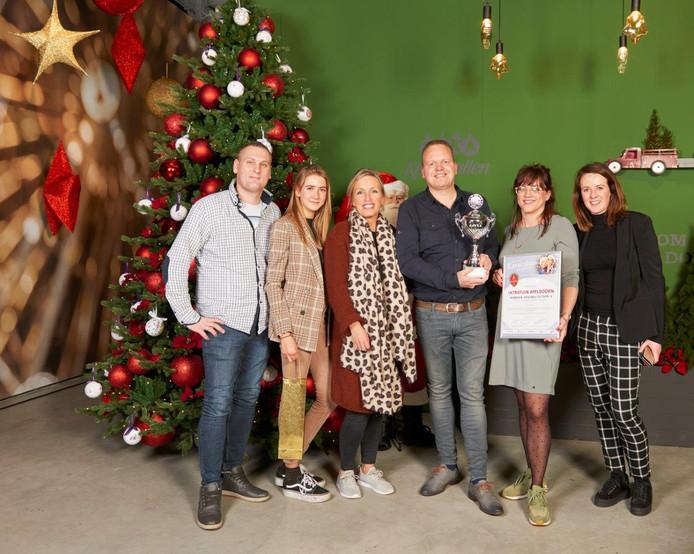 Remco Gorkink is blij met de beker die hij met zijn collega's van Intratuin Apeldoorn kreeg bij de verkiezing Beste kerstshow van Nederland.