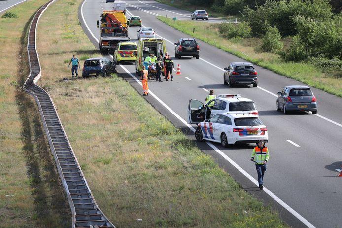 Op de snelweg A50 is een man met zijn auto door onbekende reden tegen de vangrail aangeklapt. De bestuurder is naar het ziekenhuis gebracht.