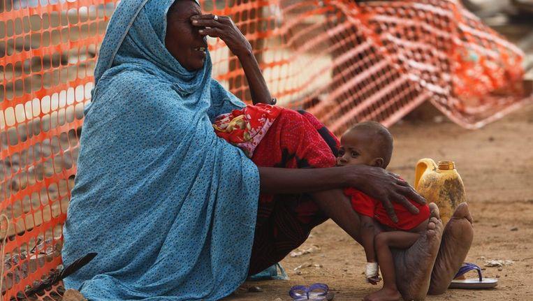 Een Somalische moeder met haar ondervoede kind in het vluchtelingenkamp Dagahaley. Beeld epa