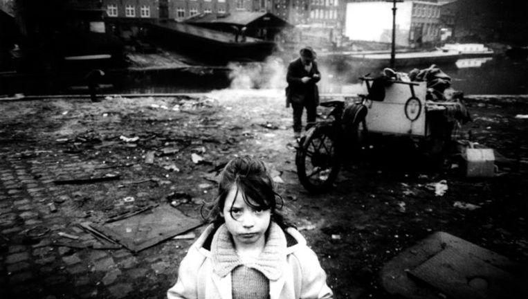 Potret van een meisje op Bickerseiland, Amsterdam, eind jaren zeventig. Foto Koen Wessing Beeld