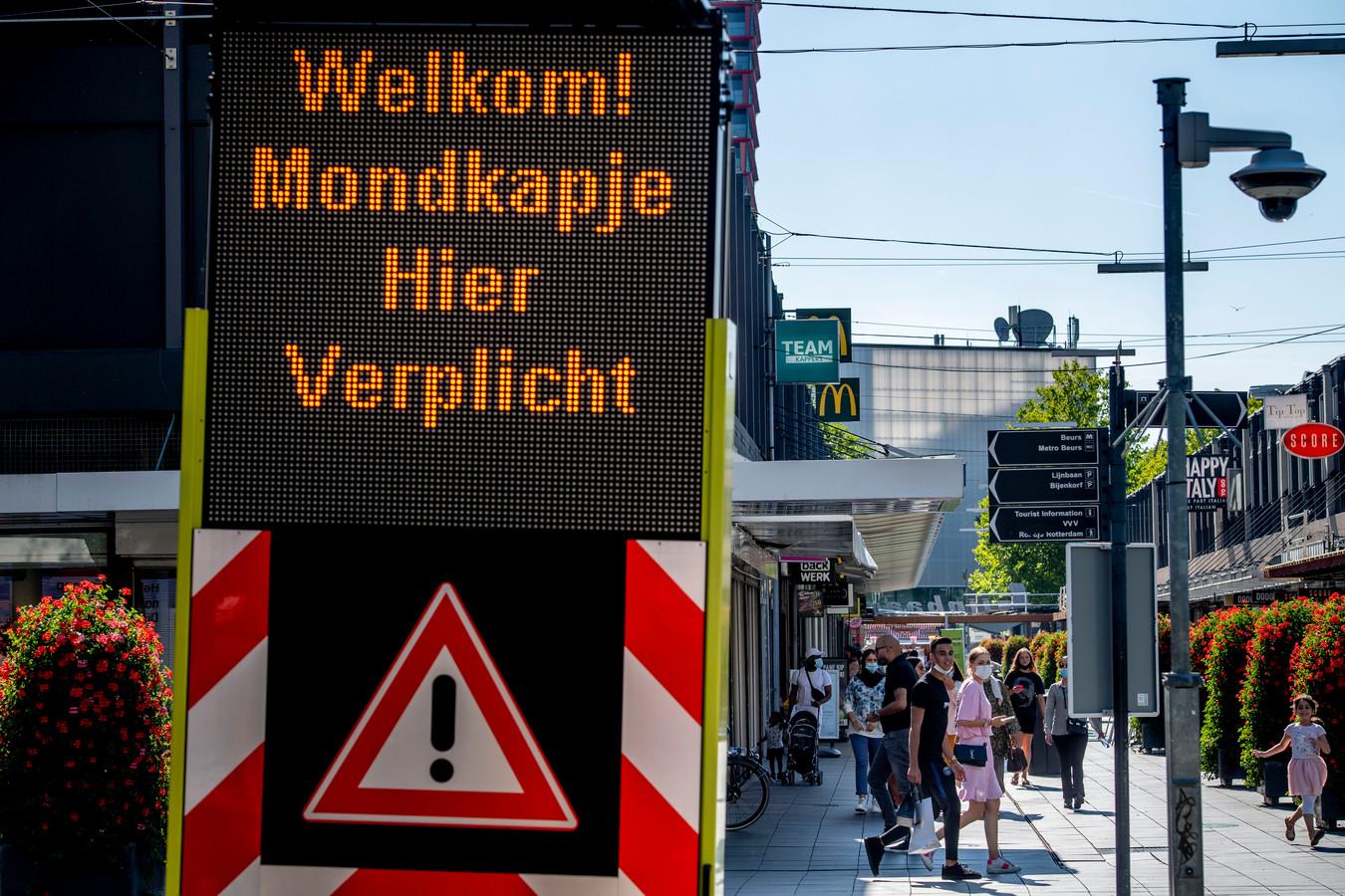 jongeren studenten op de Lijnbaan. In Rotterdam is het vanaf woensdag verplicht om niet-medische mondkapjes te dragen op drukke plekken.