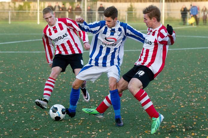 Tom Luyks (blauw) van Steenbergen wringt zich tussen (l) Jesse Groote en rechts Joey Konings door. Foto Joris Kanpen / Pix4Profs