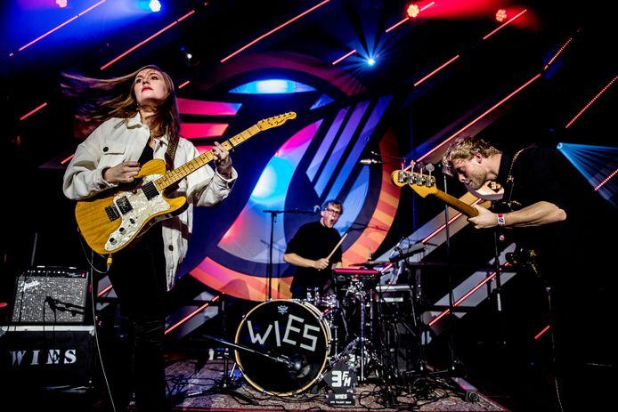 De Nederlandse band Wies met gitariste/zangeres Jeanne Rouwendaal op de afgelopen editie van Noorderslag in Groningen.